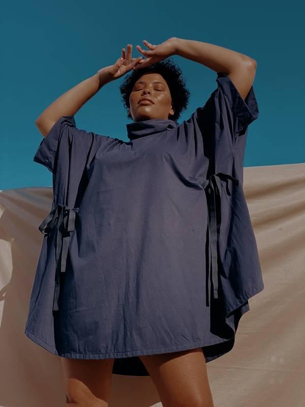 Vestido azul agênero com malha antiviral da marca J.Boggo+