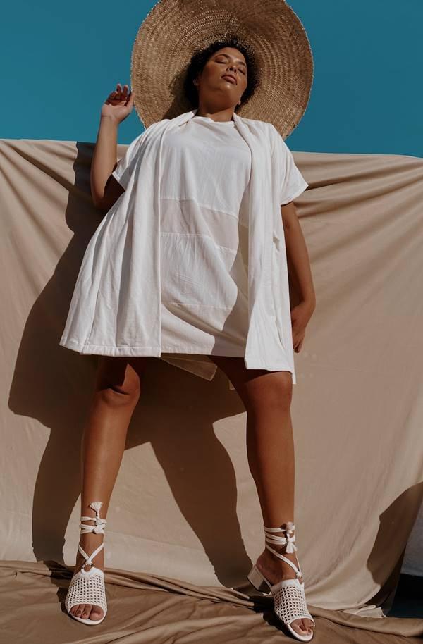 Vestido branco agênero com malha antiviral da marca J.Boggo+