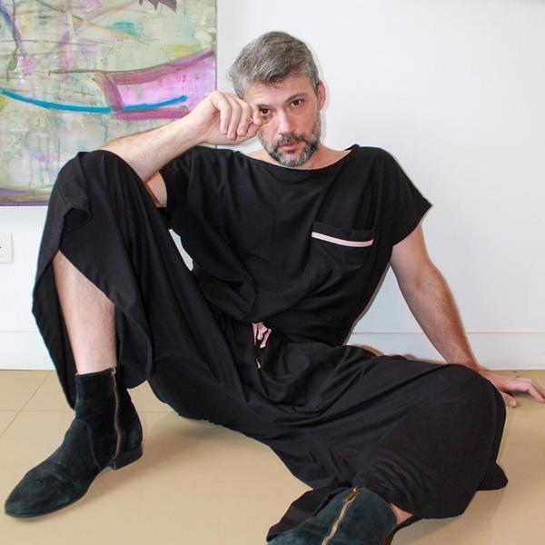 Estilista Jay Boggo, fundador da marca J.Boggo+, usando macacão da coleção com tecido antiviral