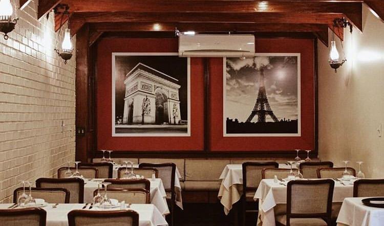 Parte de dentro do restaurante La Chaumière