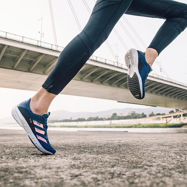 Mulher correndo com peças da Adidas