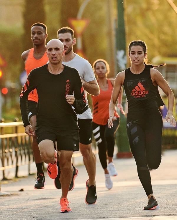 Pessoas correndo com peças da Adidas