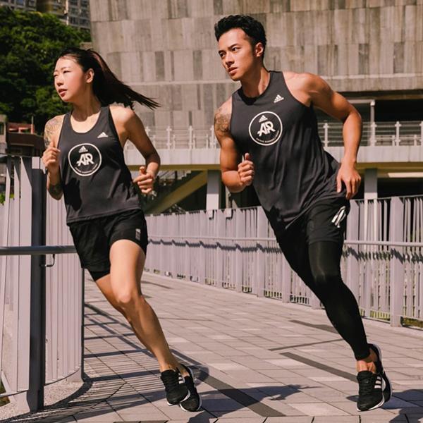 Mulher e homem correndo com peças da Adidas