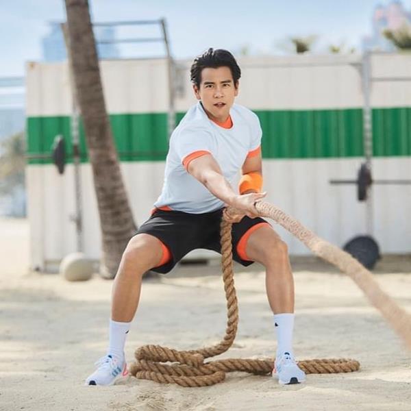 Homem praticando exercício com peças da Adidas