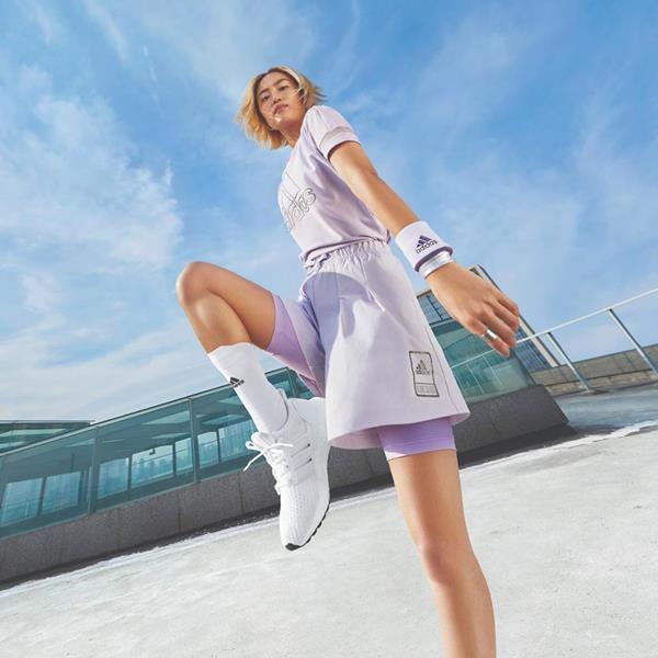 Mulher com peças da Adidas