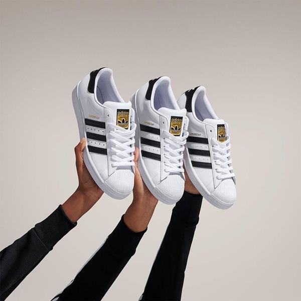 Três tênis Superstar da Adidas
