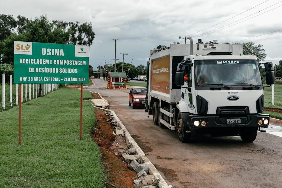 Caminhão de lixo saindo de usina de compostagem