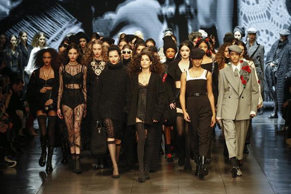 Modelos desfilando no outono/inverno 2020 da Dolce & Gabbana