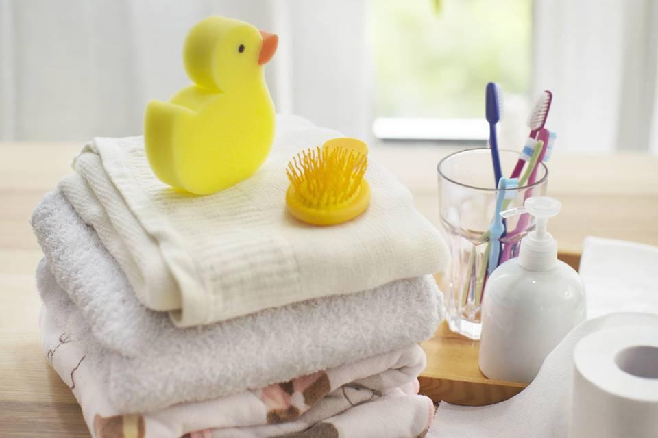 Objetos: toalha, escova de dente, copo