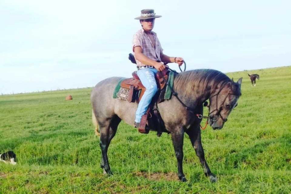 Vítima de um choque, o homem aparece cavalgando em cima de um cavalo