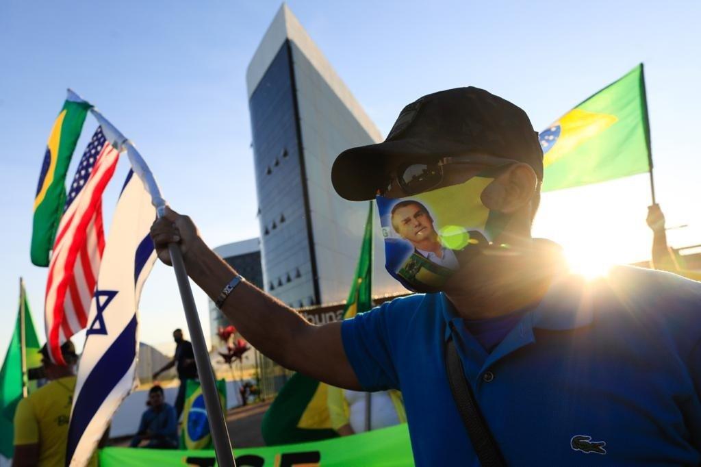 Manifestantes pró-Bolsonaro em frente ao TSE para julgamento da chapa