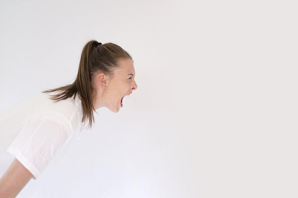 mulher com raiva e estresse