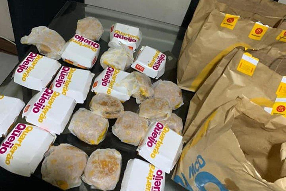 Vários hambúrgueres e sacolas de papel