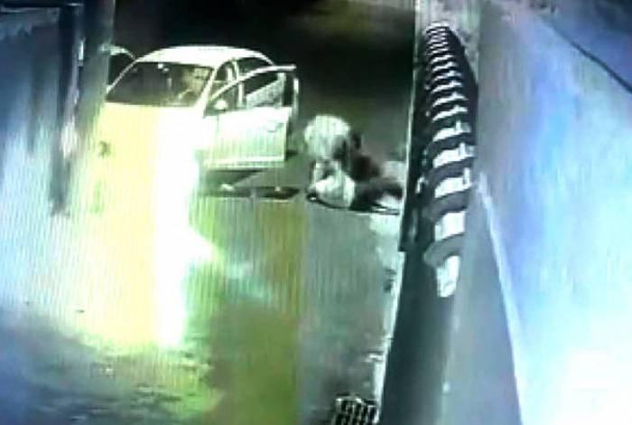 Cameras de segurança gravam momento em que motorista é agredido por bandido em uma tentativa de assalto no rio de janeiro
