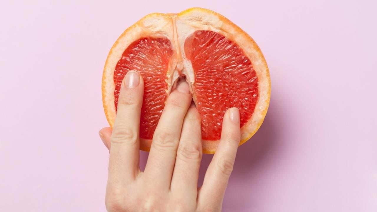 Dedos penetrando uma toranja