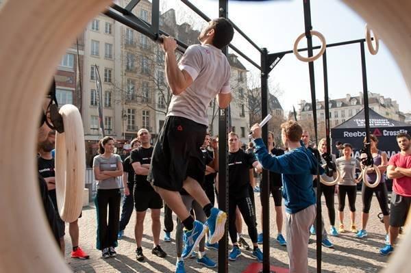 Pessoas praticando crossfit em evento da Reebok