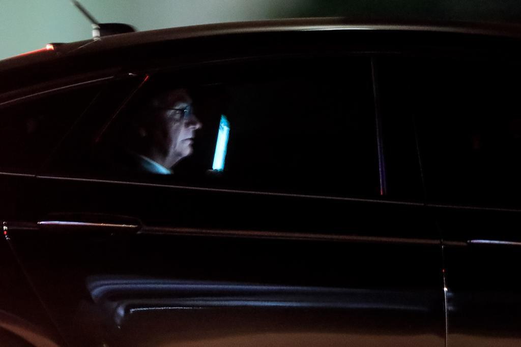 Presidente Jair Bolsonaro conversa ao celular na saída do planalto