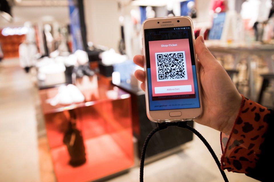 Mulher escaneia código para compra on-line