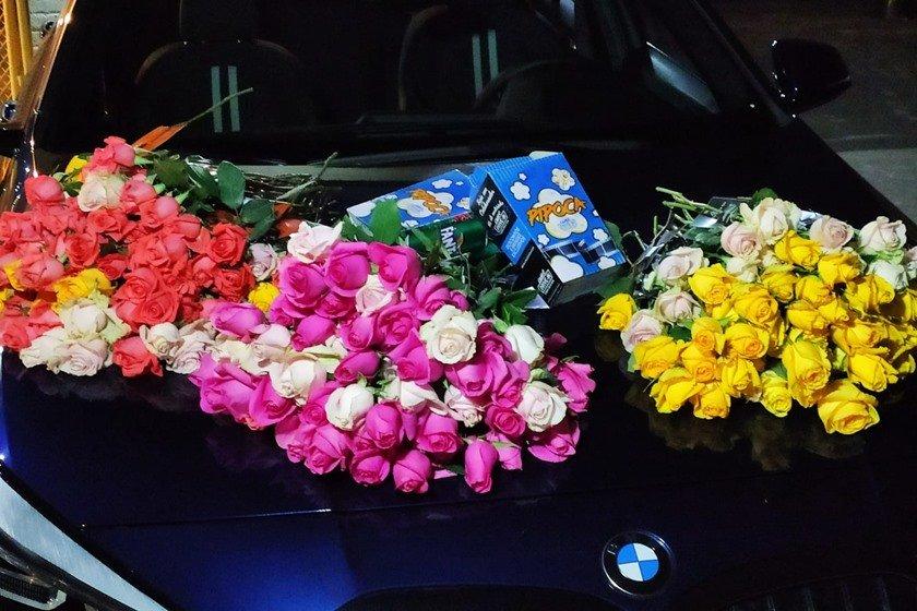 Flores dadas à clientela na entrada do Cine Drive-In