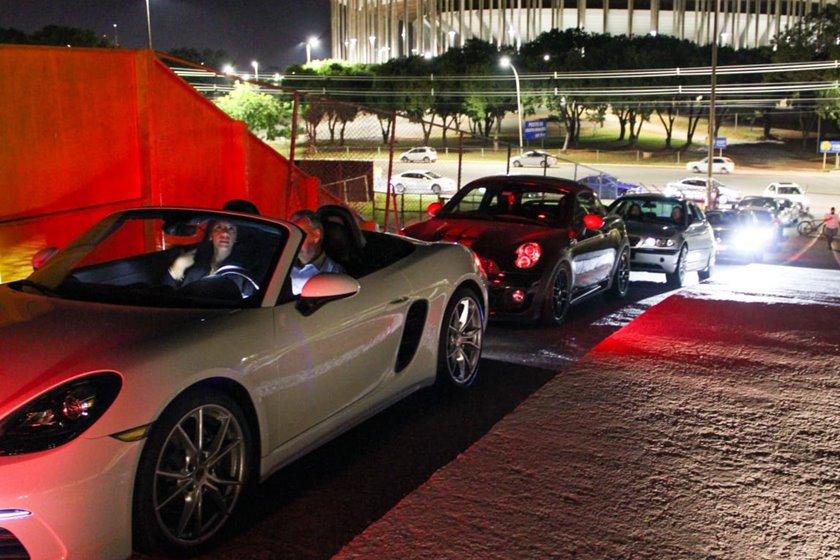 Fila de carros Cine Drive-In