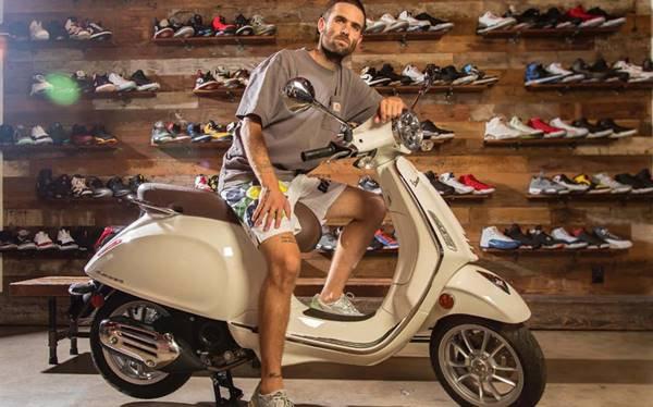 Sean Wotherspoon e a marca italiana Vespa