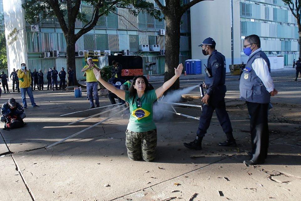 manifestante-e-spray-de-pimenta-na-esplanada