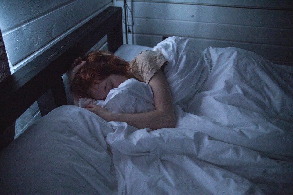 cama com pessoa dormindo
