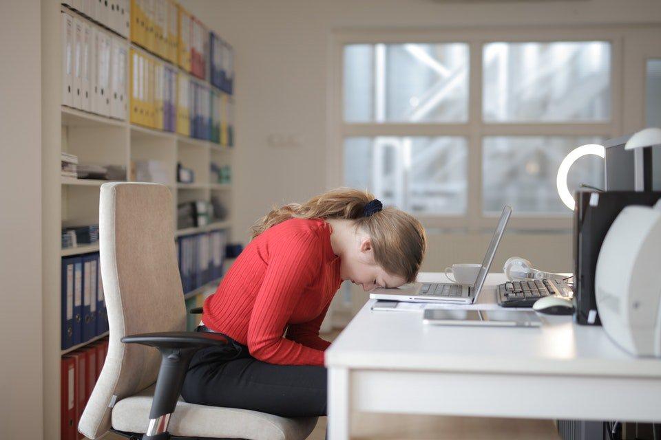 mulher dormindo com laptop