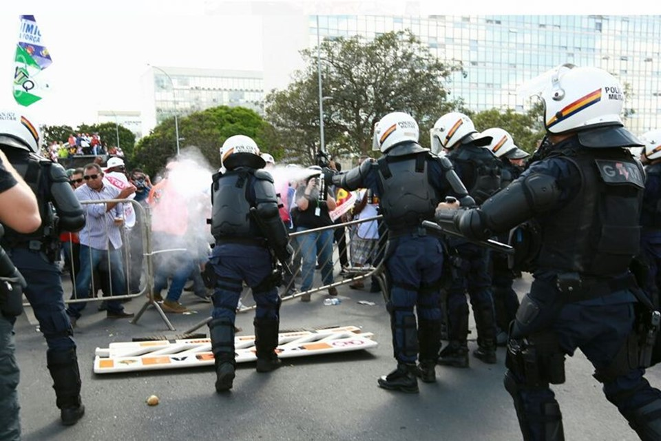 PMs despejando gás pimenta em manifestantes
