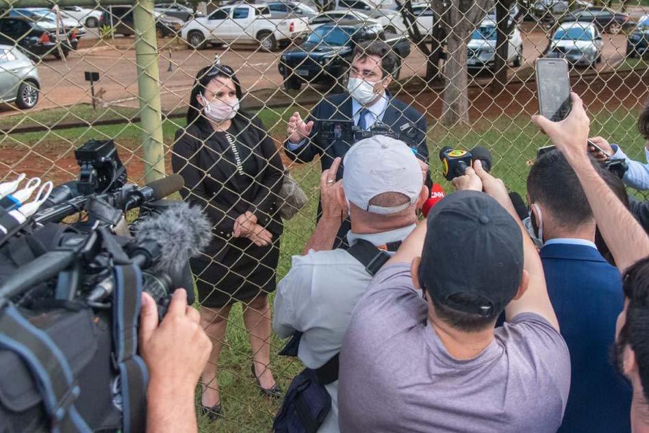 advogados da sara winter conversa com jornalistas na PF em brasília