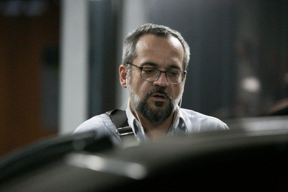 Ministro Abraham Weintraub ao deixar o prédio do ministério