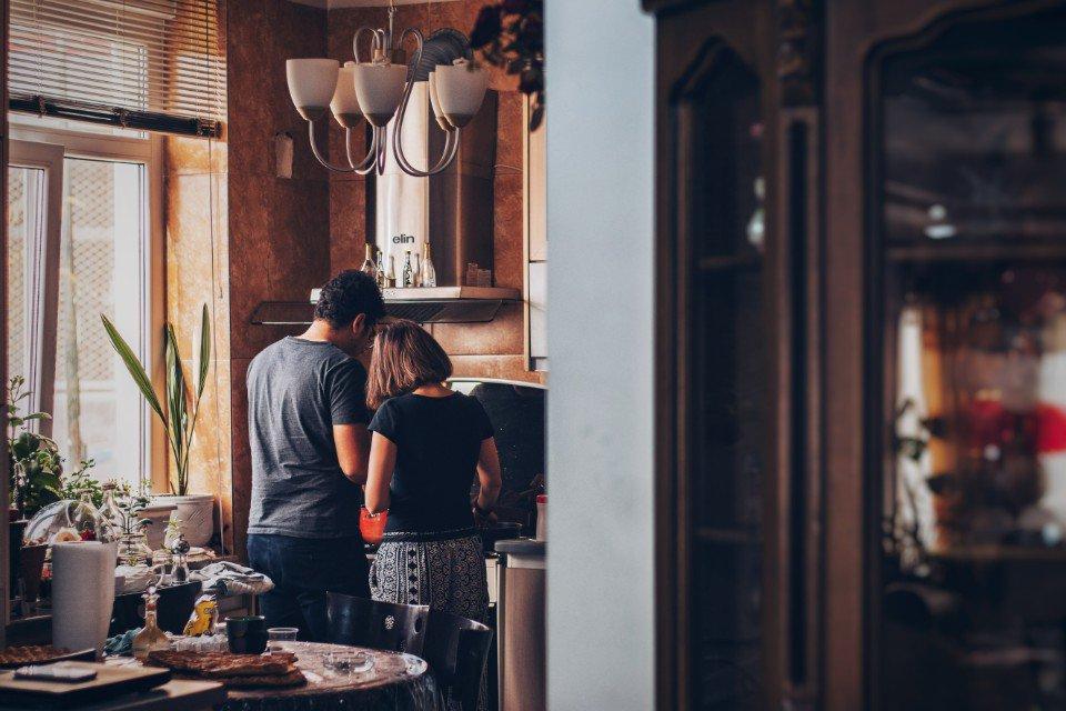 Casal faz cozinha junto, cozinha