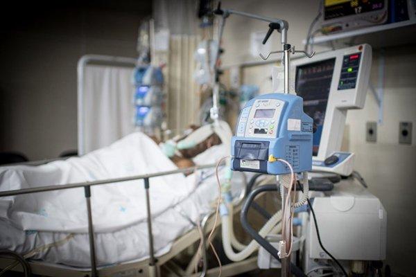 Leito de UTI com paciente
