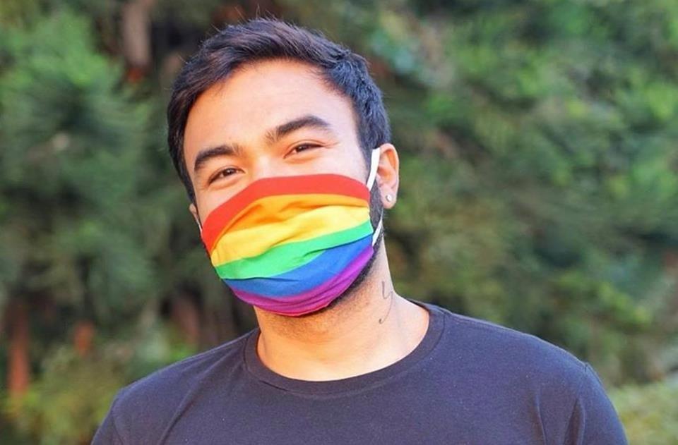 Mauro de Sousa com máscara de covid-19 com temática LGBT