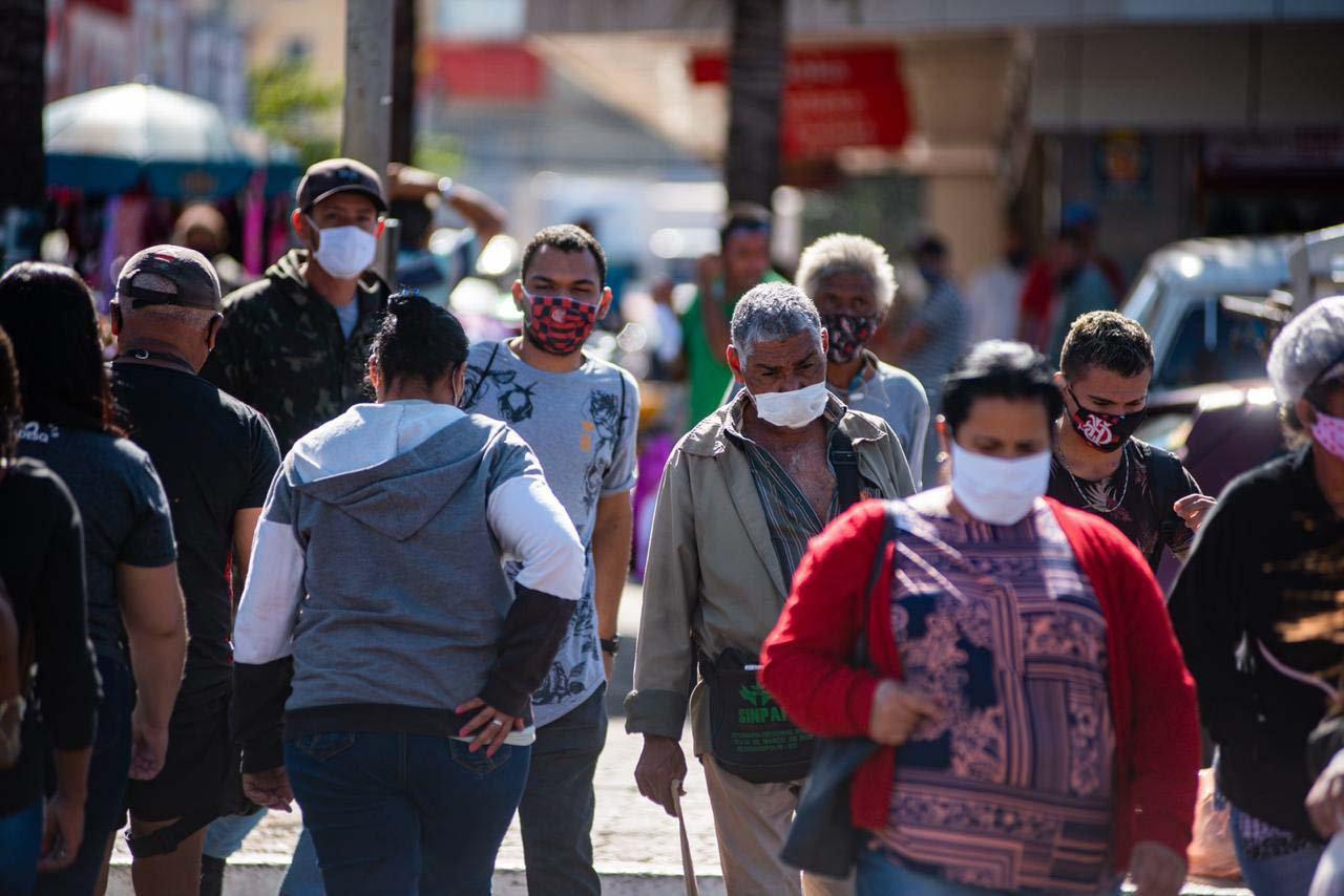 Pessoas pelas ruas do Centro de Ceilândia