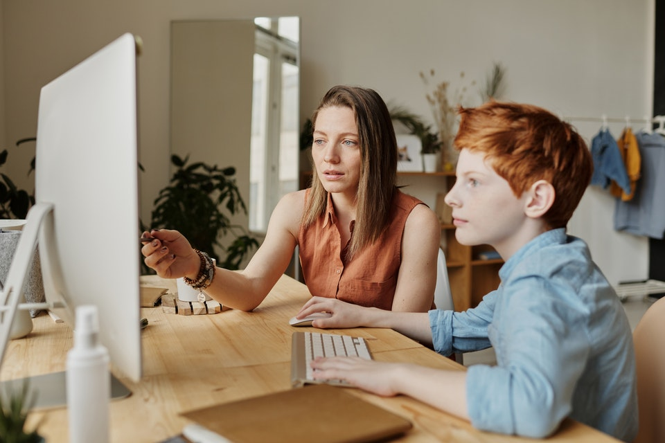 mãe e filho no computador