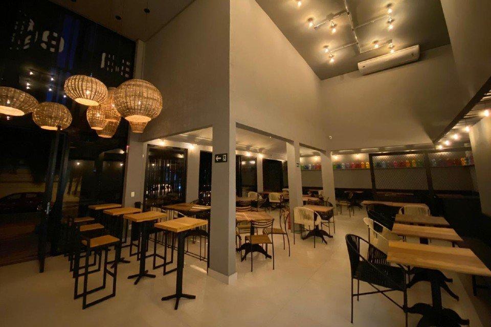 Salão do restaurante Same Same But Different em Goiânia