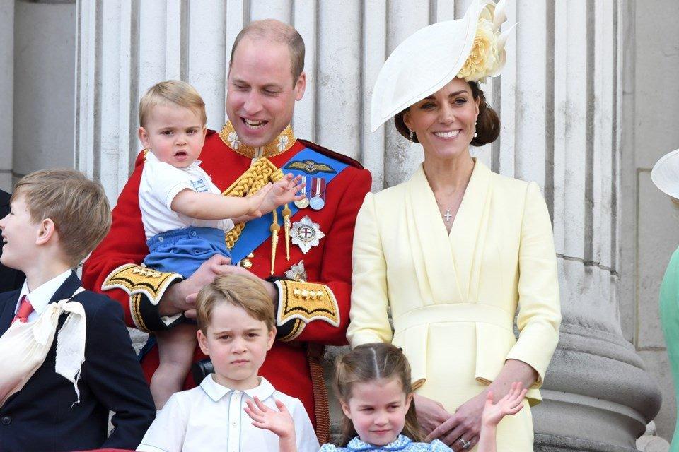 Príncipe William ao lado da mulher, Kate Middleton, e os três filhos, Louis, George e Charlotte