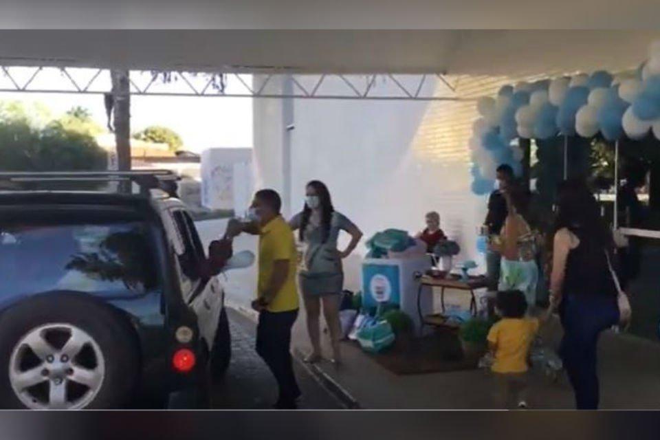 Chá de fraldas com drive-thru no Guará acaba em agressões