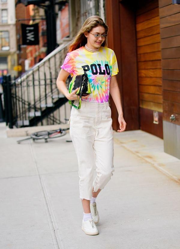 Gigi Hadid com t-shirt tie-dye