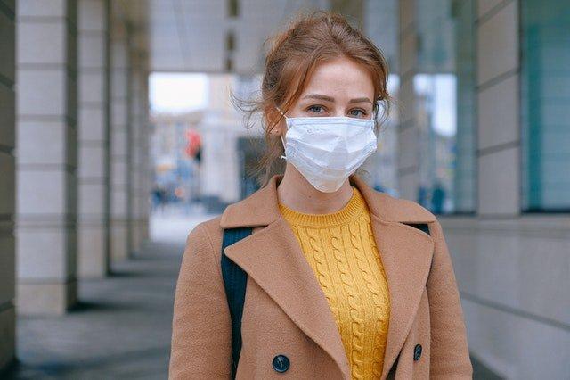 mulher-usando-mascara-de-proteção