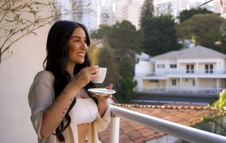Boca Rosa, a Bianca Andrade, na varanda de sua mansão tomando café