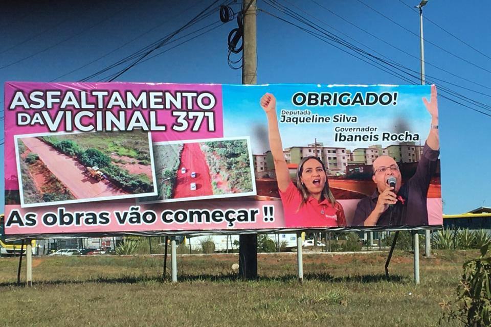 """Outdoor """"sem dono"""" agradece obra e promove Ibaneis e Jaqueline Silva"""