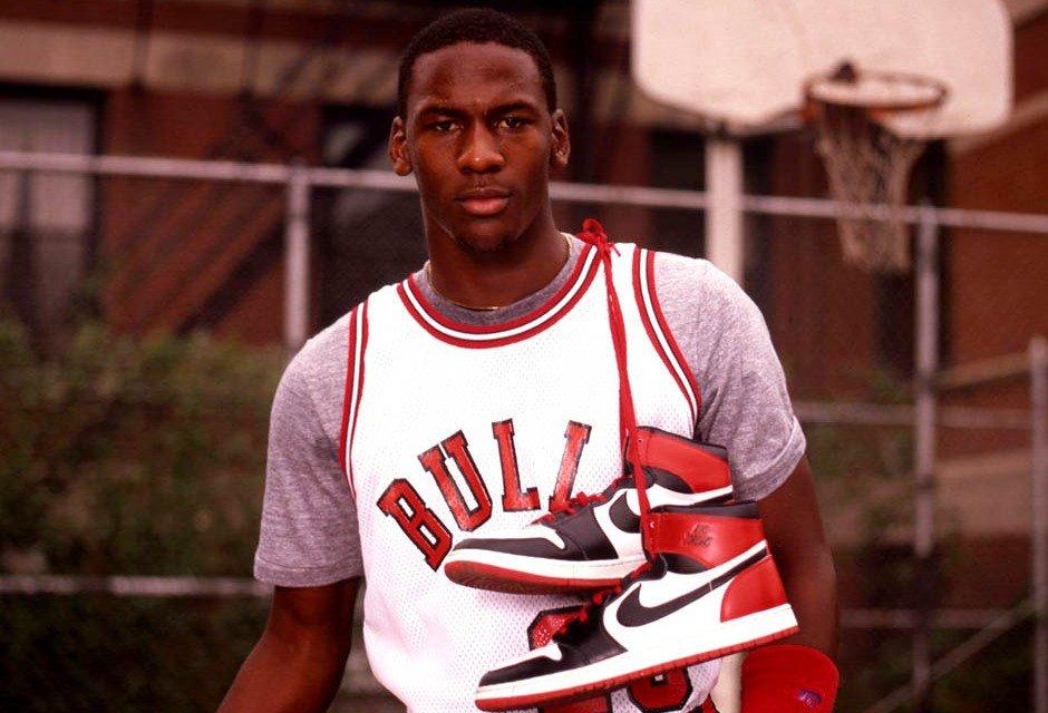 Michael Jordan posando com o primeiro modelo do Nike Air Jordan, nos anos 1980