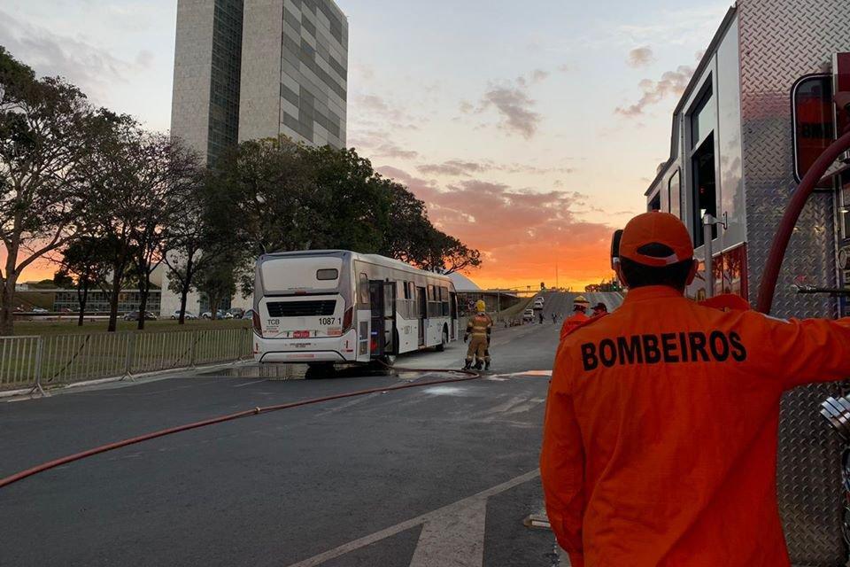 Ônibus é inciando por manifestante antiBolsonaro