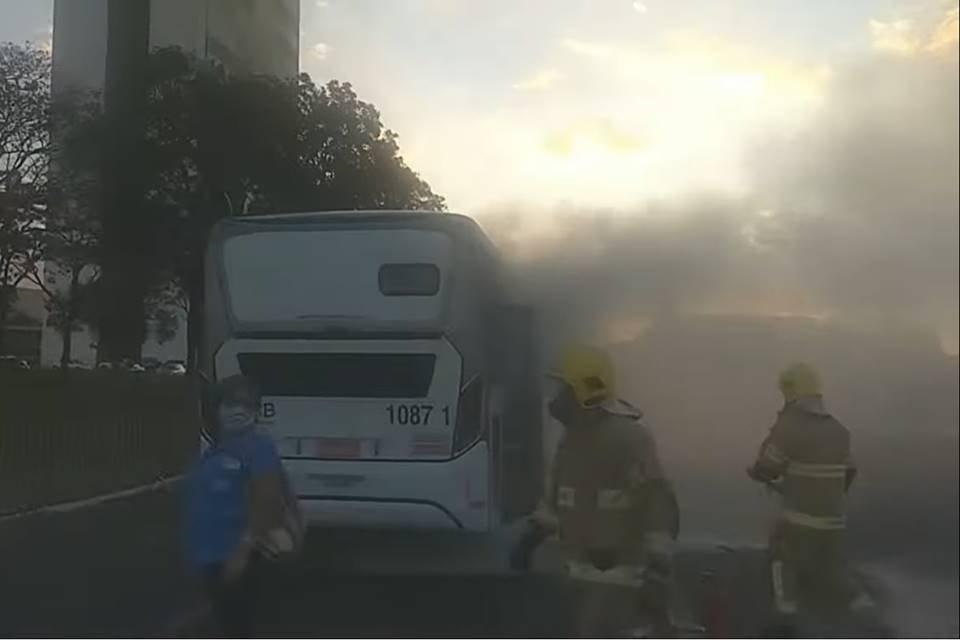Ônibus incendiado por homem na frente do Palácio do Planalto