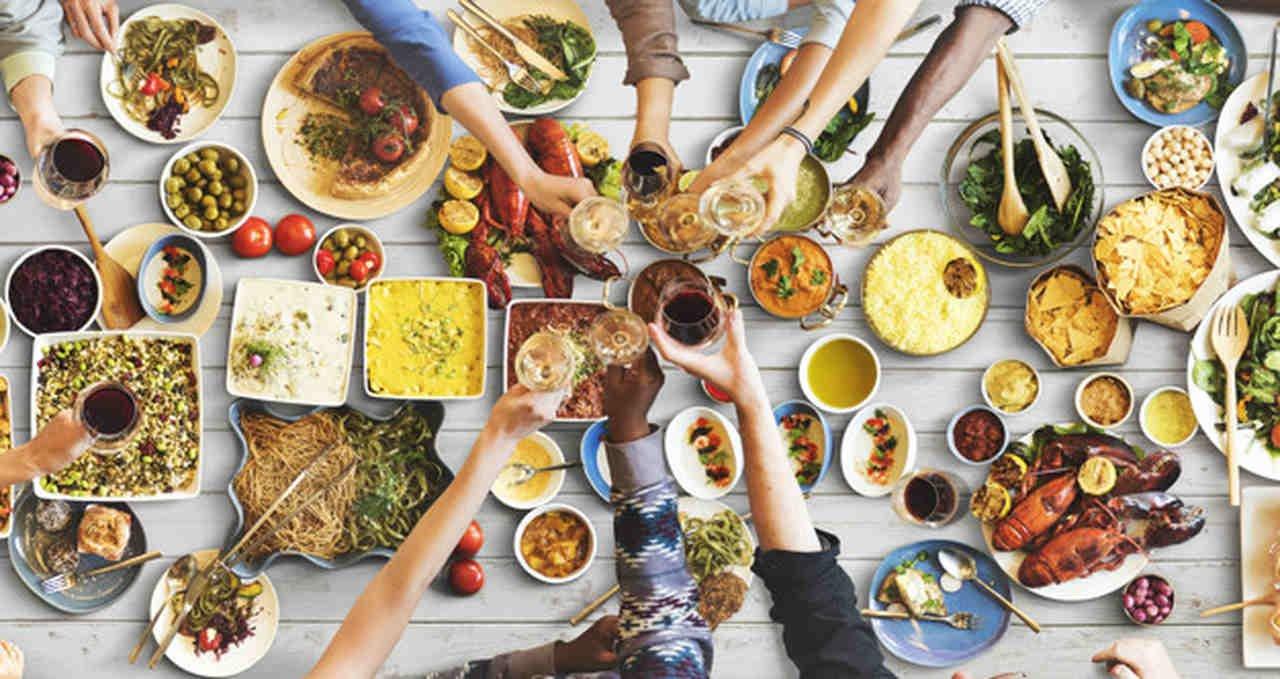 Mesa com diversos tipos diferentes de pratos