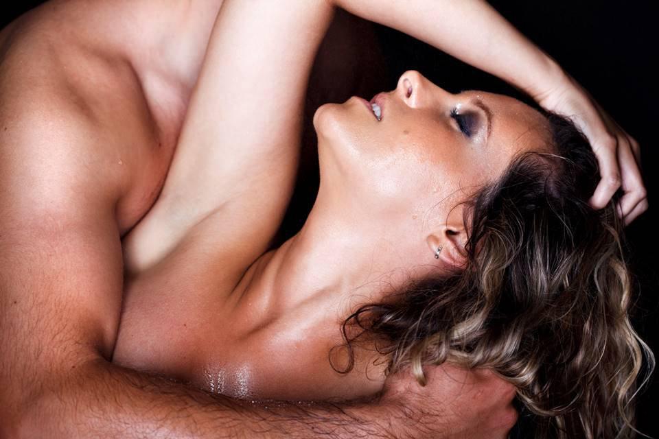 Mulher nua suada e abraçada por um homem