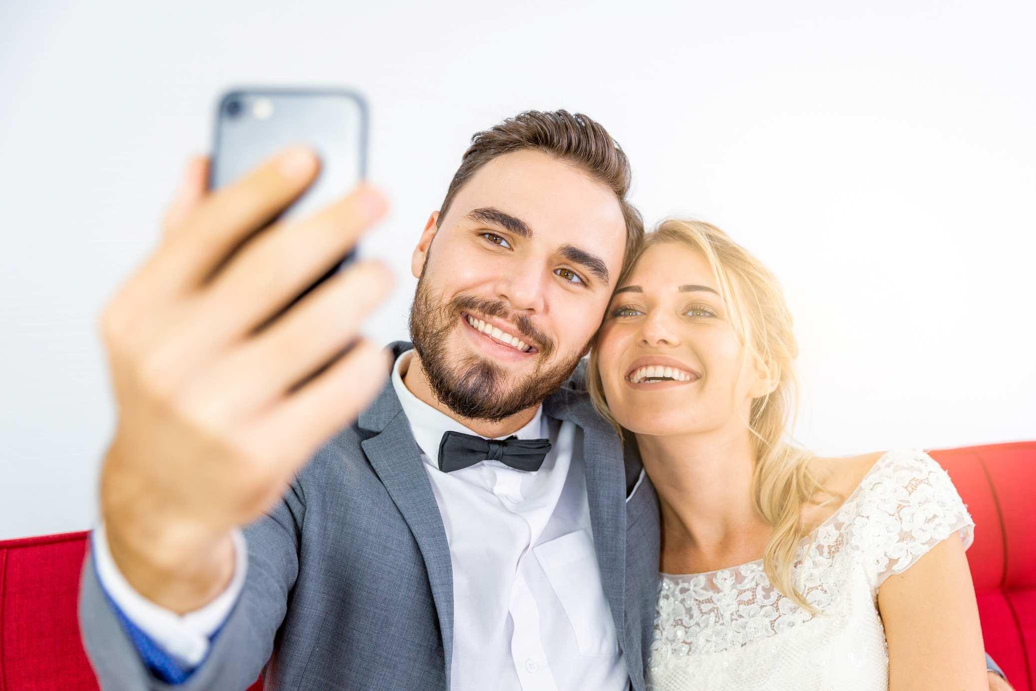 noivo e noiva fazendo selfie