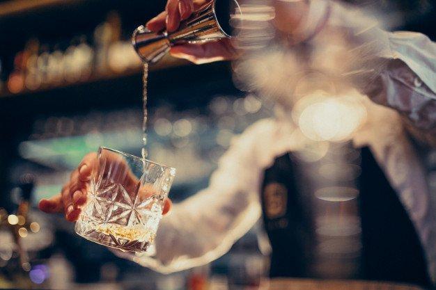 Barman fazendo drinque